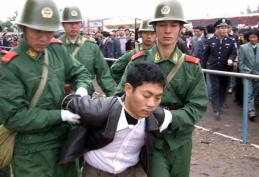 Chinese Police capture a drug smuggler...