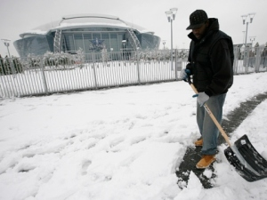 Snow falls on Dallas Cowboys Stadium
